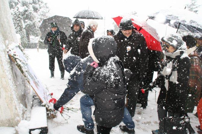 Mumcu için kar altında kırmızı karanfil