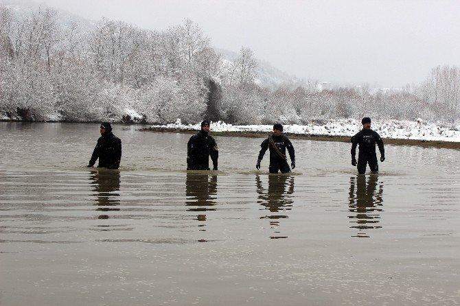 Kaybolan Avcıyı Bulmak İçin Irmağa Set Çekildi