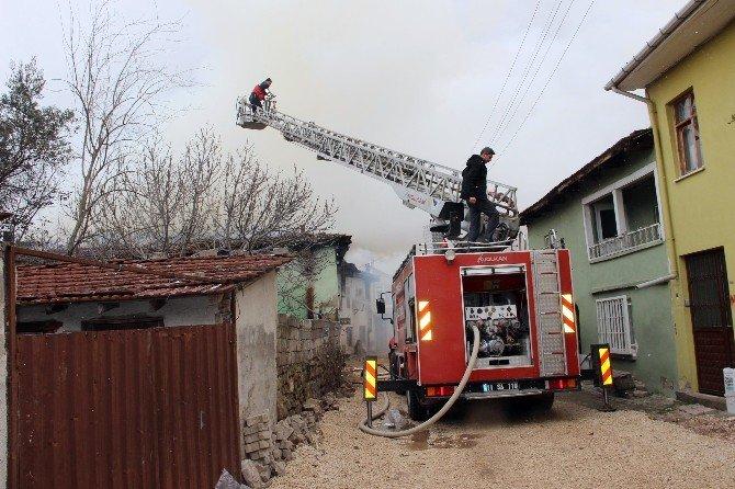 Osmaneli'de İki Katlı Evde Yangın Çıktı