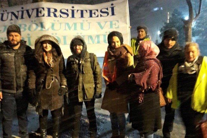 Zonguldaklı Öğretim Üyesi Evsizlere Çorba Dağıttı