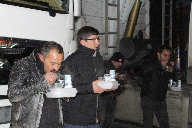 Karaman Polisinden Çekici Ve Kamyon Şoförlerine Sıcak Çorba İkramı