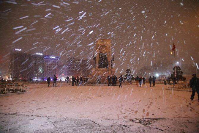 İstanbul'da kar yağışı gece etkisini artırarak devam etti