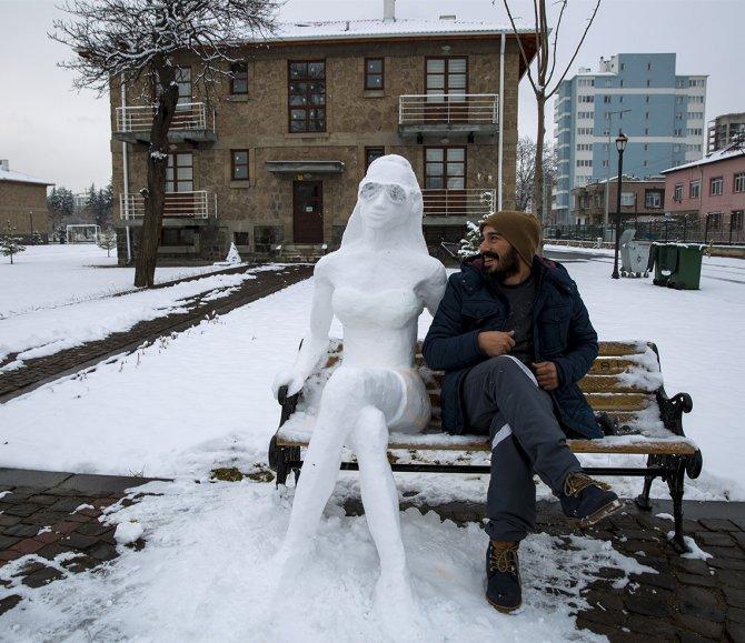 Kardan kadın, görenlerde yaz mevsimindeymiş hissi uyandırıyor