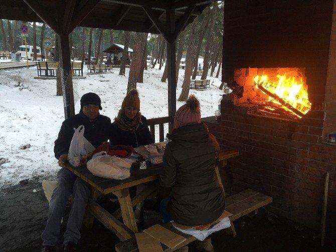 Kent Ormanında Karda Piknik Keyfi