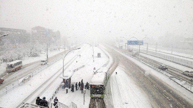 Kocaeli'de Otomobiller Yollarda Kaldı