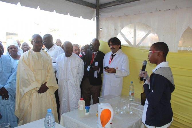 Senegalli bakanlar, Türk okulunun bilim fuarına akın etti