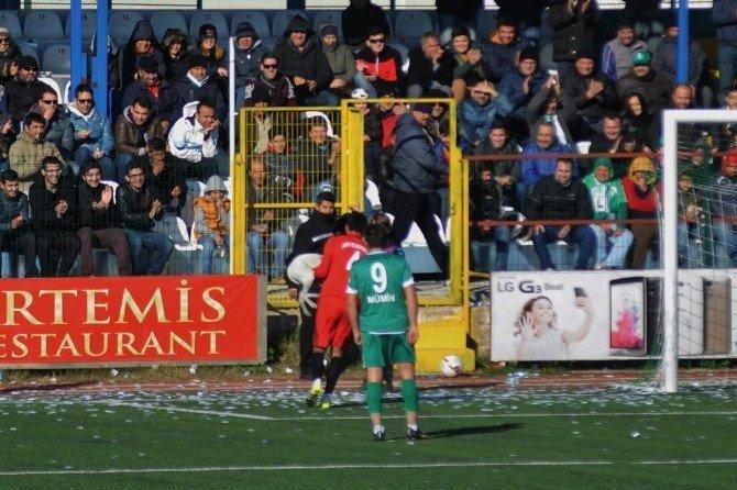 Futbolcu Sahaya Giren Köpeği Kucağında Dışarı Çıkardı
