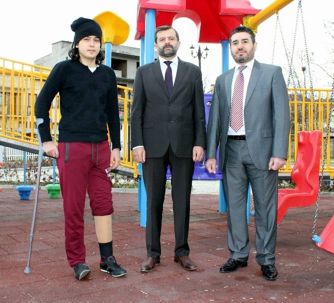 Suriye'de Bacağı Kopan Genç, Protez Bacakla Hayata Tutundu
