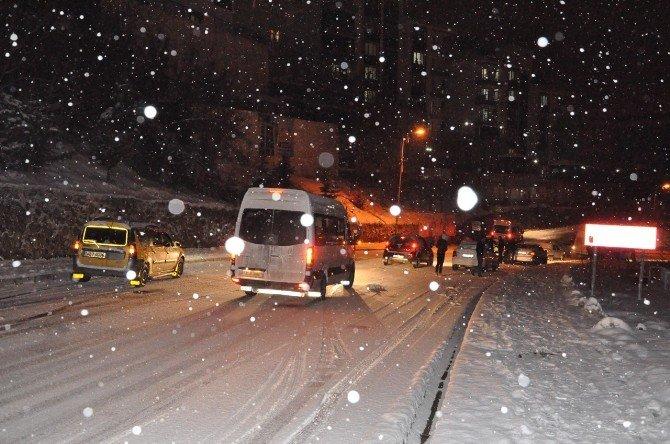Tunceli'de Kar Yağışı Trafiği Felç Etti