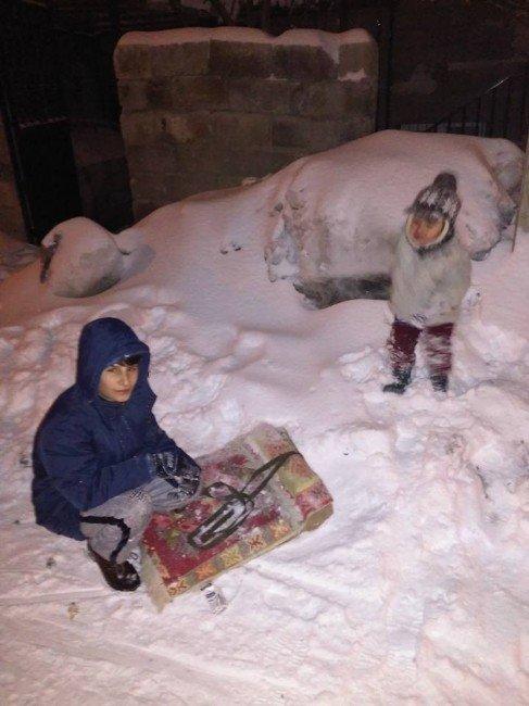 Hakkarili Çocuklar Tatillerini Kayarak Geçiriyor