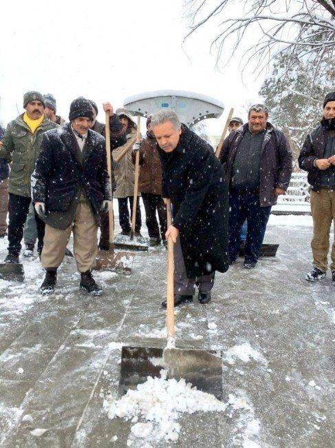 Vali Kar Küreyen Temizlik İşçilerine Yardım Etti
