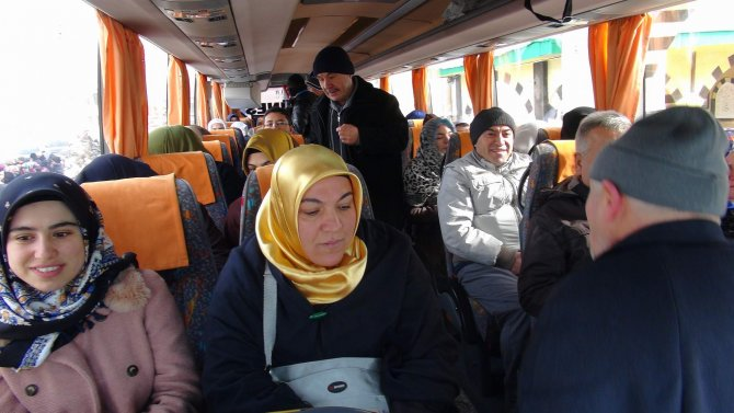 Hayırsever iş adamı, 106 kişiyi umreye gönderdi