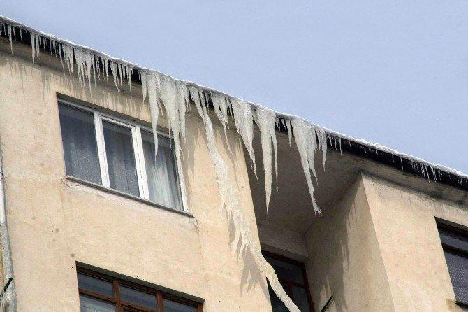 Soğuk Çatılarda 2 Metrelik Buz Sarkıtları Oluşturdu