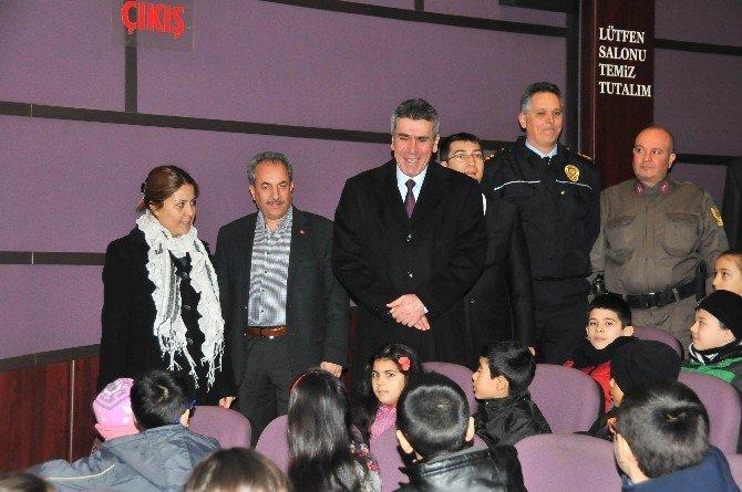 Akşehir'de Başarılı Öğrencilere Sinema Hediyesi