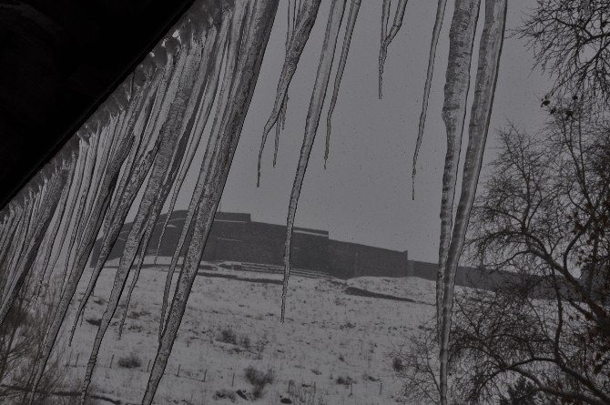 Çatılarda Oluşan Buz Sarkıtları Tehlike Saçıyor