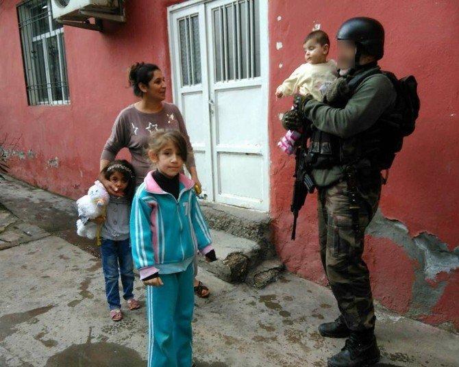 Polis Ve Asker Şefkati Görenleri Duygulandırdı