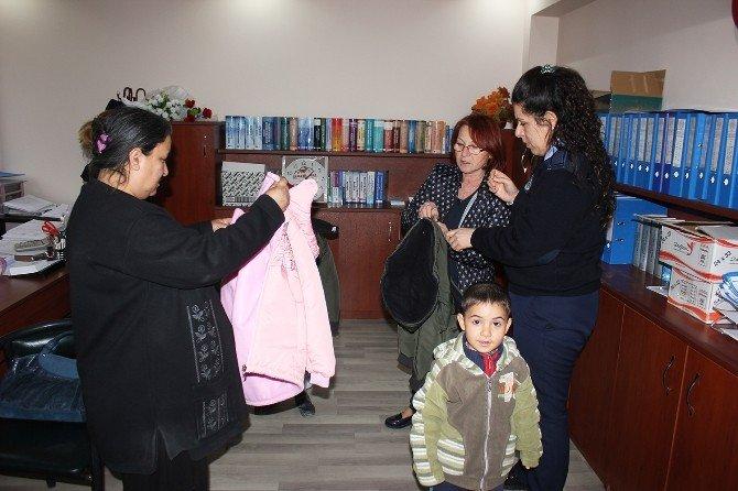 Dinar İlçe Bayanlar Meclisinden İhtiyaç Sahibi Öğrencilere Kışlık Giyim Yardımı