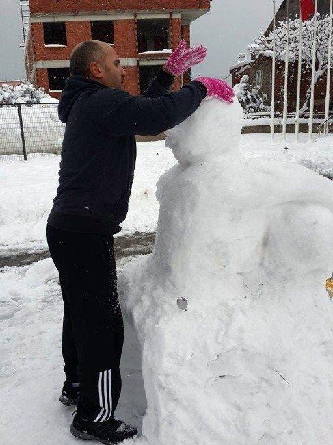 Öğrenciler Kardan Seyit Onbaşı Büstü Yaptı