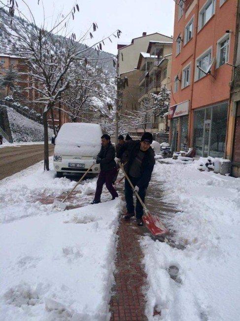 Gümüşhane Belediyesi Karla Mücadeleyi 80 Kişilik Kar Timi İle Yapıyor