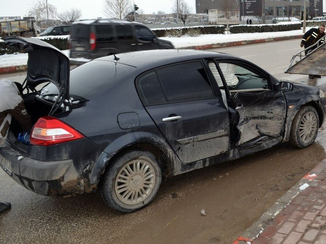 İnegöl-alanyurt Yolunda Kaza: 3 Yaralı