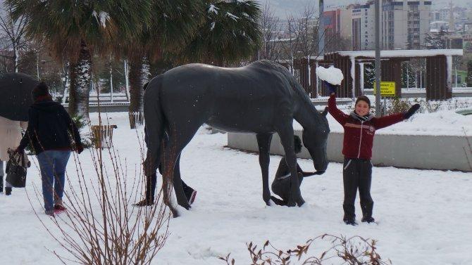 Iraklı mülteci çocuğun kar sevinci