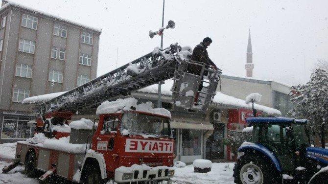 İtfaiye Ekipleri Çatılarda Kar Temizliği Yaptı