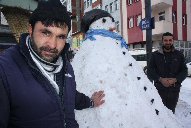 Kars'ın kardan adamlar Nisan'a kadar erimiyor