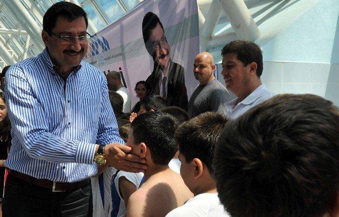 Başkan AK'tan Çocuklara Karne Hediyesi