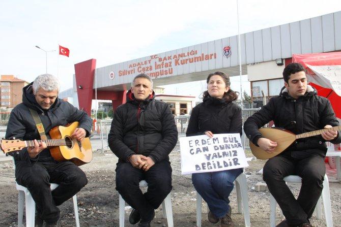 Tutuklu gazetecilere 'çav bella'lı destek