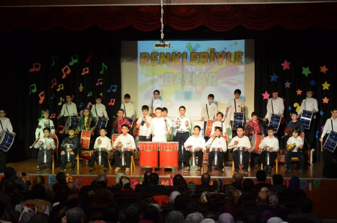 Simav Özel Bahar Ortaokulu'ndan 'Renkleriyle Bahar' gösterisi