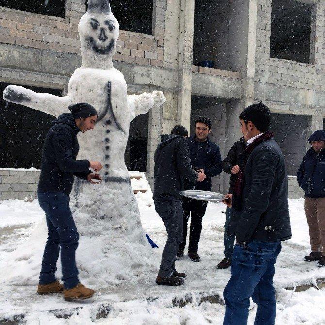 Gümüşhane'de İş Yapamayan Esnaf Kardan Adam Yapıyor