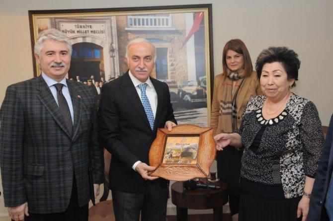 Kırgızistanlı belediye başkanları Vali Şahin'i ziyaret etti