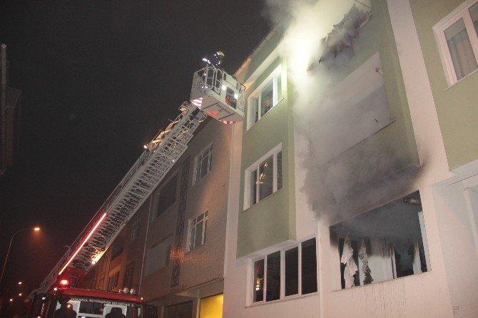 Üsküdar'da Yangın: Binada Mahsur Kalanlar Kurtarıldı