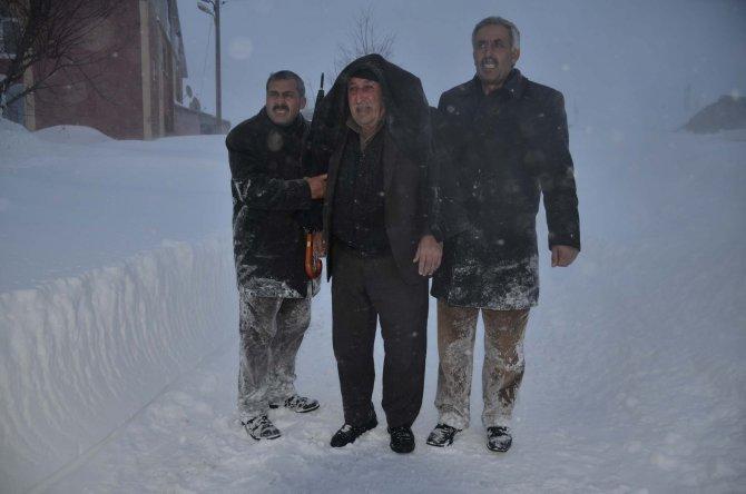 Bitlis'te kar, tipi ve fırtınaya karşı hasta kurtarma operasyonu