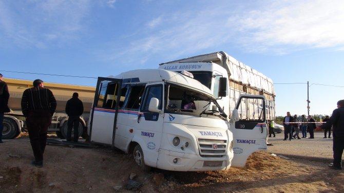 Kamyon minibüse çarptı: 2 ölü, 7 yaralı