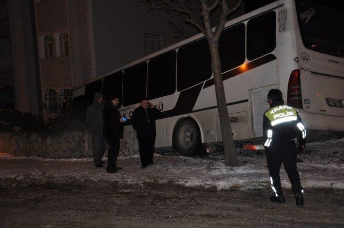 Buzlu yolda kayan otobüs site duvarına çarparak durabildi
