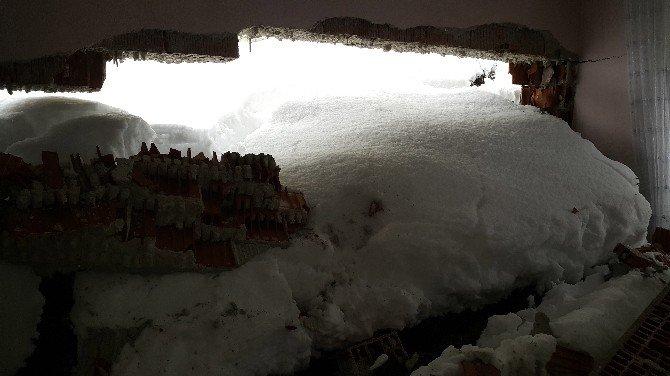 Yoğun Kar Yağışı Nedeniyle Yol Göçtü