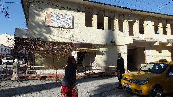 Burhaniye'de Eski Belediye Binasının Yıkımına Başlandı