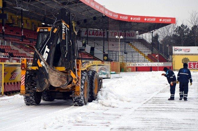 Eskişehir Atatürk Stadyumu'nda Kar Temizliği