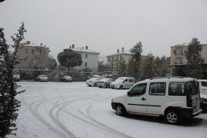 Kar Yağışı Aliağa Ve Foça İlçelerini Beyaza Bürüdü