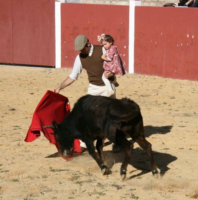 İspanyol matadorlardan çocuğuyla boğa güreşi yapan meslektaşına destek