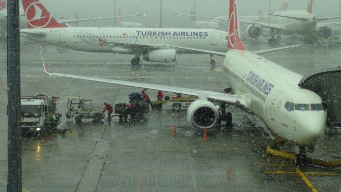 Atatürk Havalimanı beyaza büründü