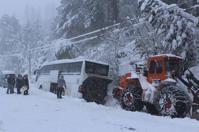 Otobüs Kara Saplandı, 35 Kişi Mahsur Kaldı