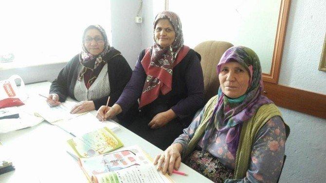 Yaşlı Kadınlar Okuma Yazma Öğreniyor