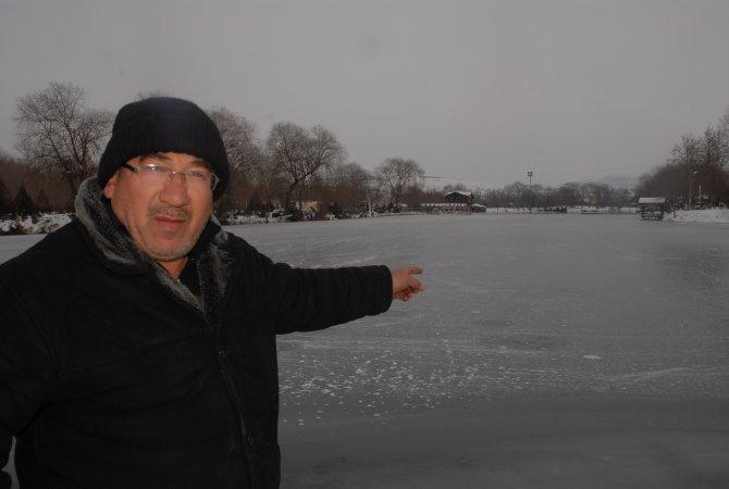 Celal Bayar Parkı Gölü dondu