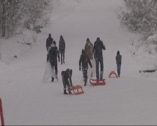 """""""Kayak merkezine gidemiyoruz, muşamba ile kayıyoruz"""""""