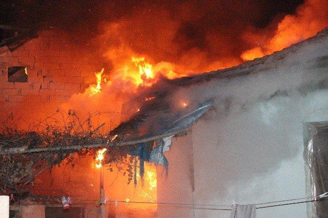 Evindeki Yangını Gözyaşları İçerisinde İzledi