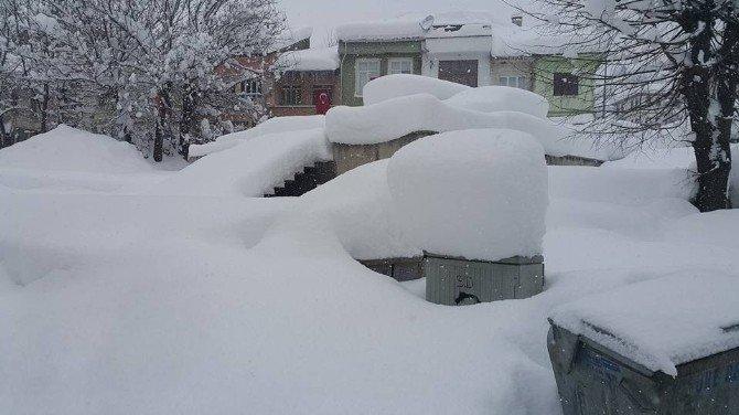 Küre'de Kar Kalınlığı 1 Metreye Yaklaştı, Otomobiller Kayboldu