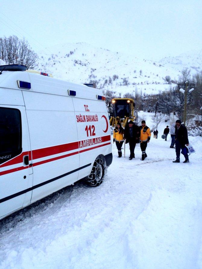 Karlı yollarda 4 hasta kurtarma operasyonu