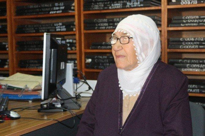 77 Yaşındaki Yaşlı Kadın İlk Defa Kimlik Sahibi Oldu